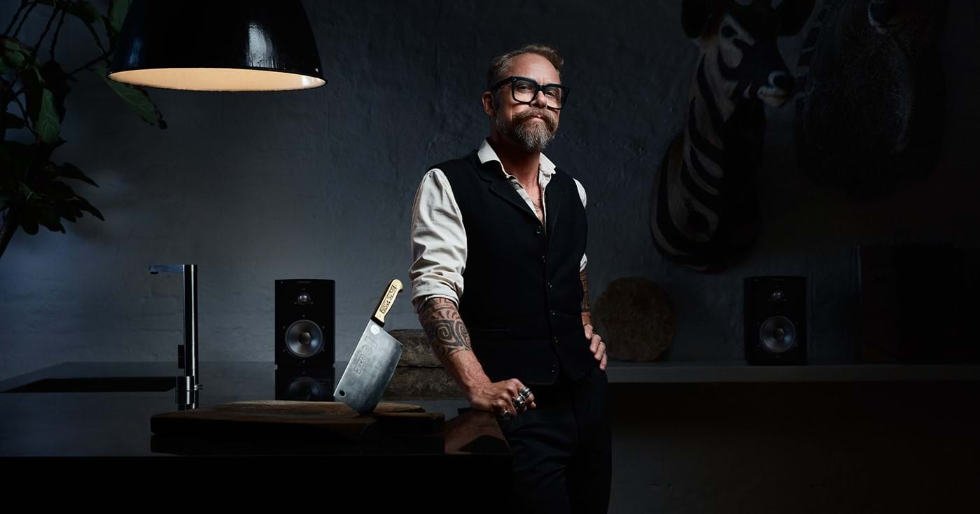 Black pair of  Xeo 2 speakers in the lifestyle image with Morten